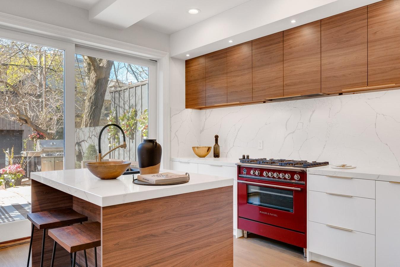Encimeras blancas con una cocina roja contrastante.