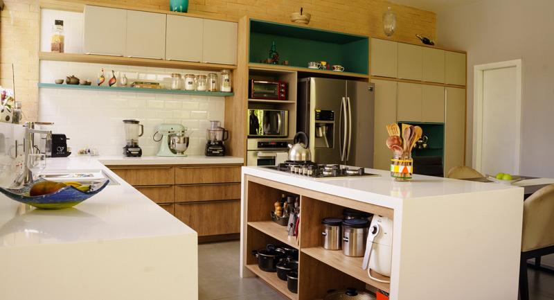 muebles y electrodomésticos modernos en cocina espaciosa